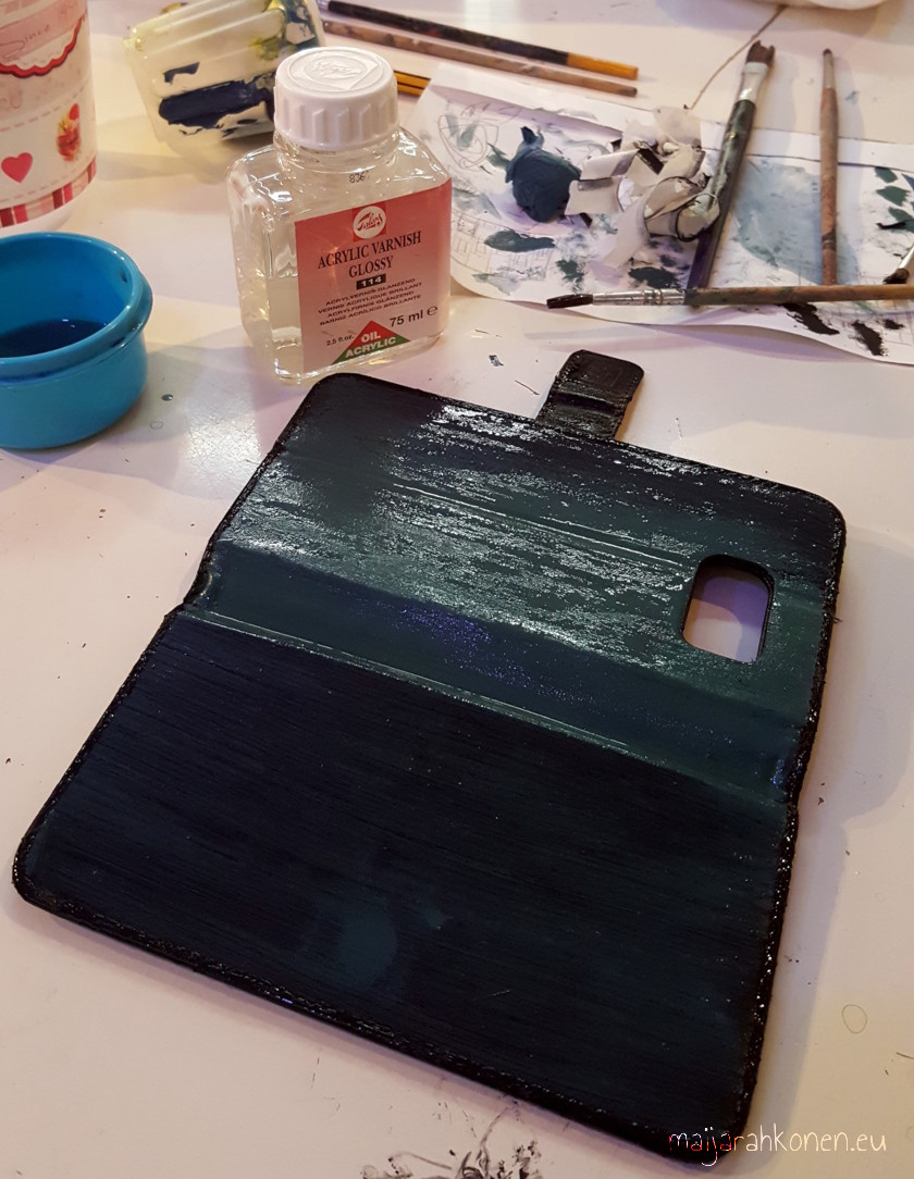 Varnishing the phone case